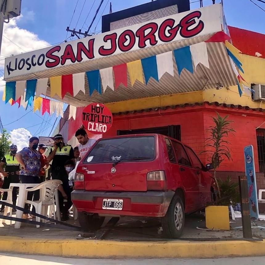 OTRA VEZ UN AUTO SE INCRUSTÓ EN KIOSCO SAN JORGE
