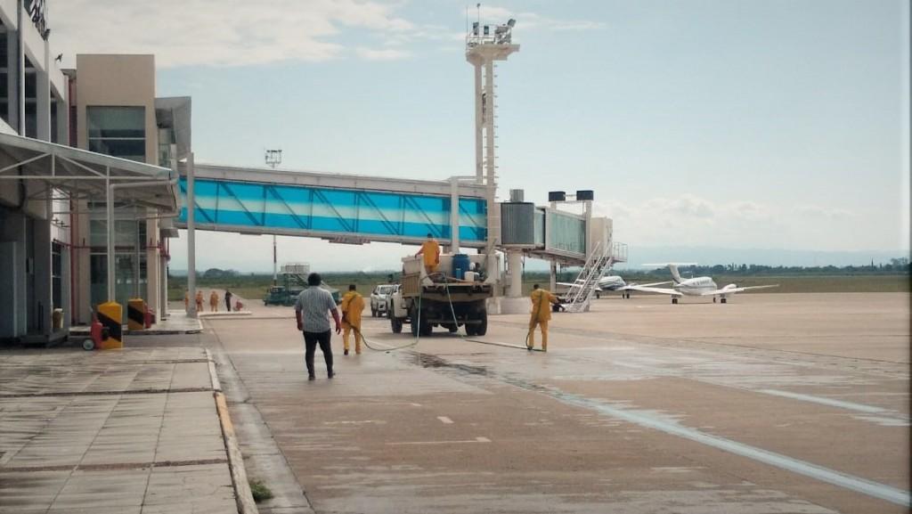 DESINFECCIÓN EN EL AEROPUERTO PARA AYUDAR A PREVENIR LA PROPAGACIÓN DEL CORONAVIRUS
