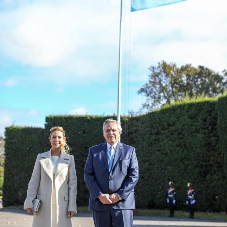 25 DE MAYO ALBERTO FERNANDEZ  EFECTUÓ EL IZAMIENTO DE LA BANDERA ARGENTINA EN LA RESIDENCIA DE OLIVOS.