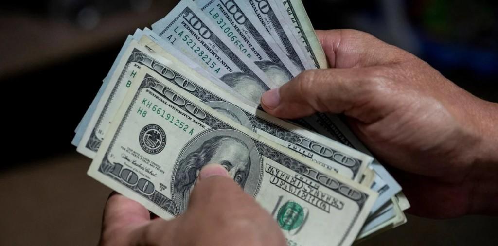 SE CITAN POR REDES SOCIALES PARA COMPRAR DÓLARES Y LES ROBAN $ 700.000