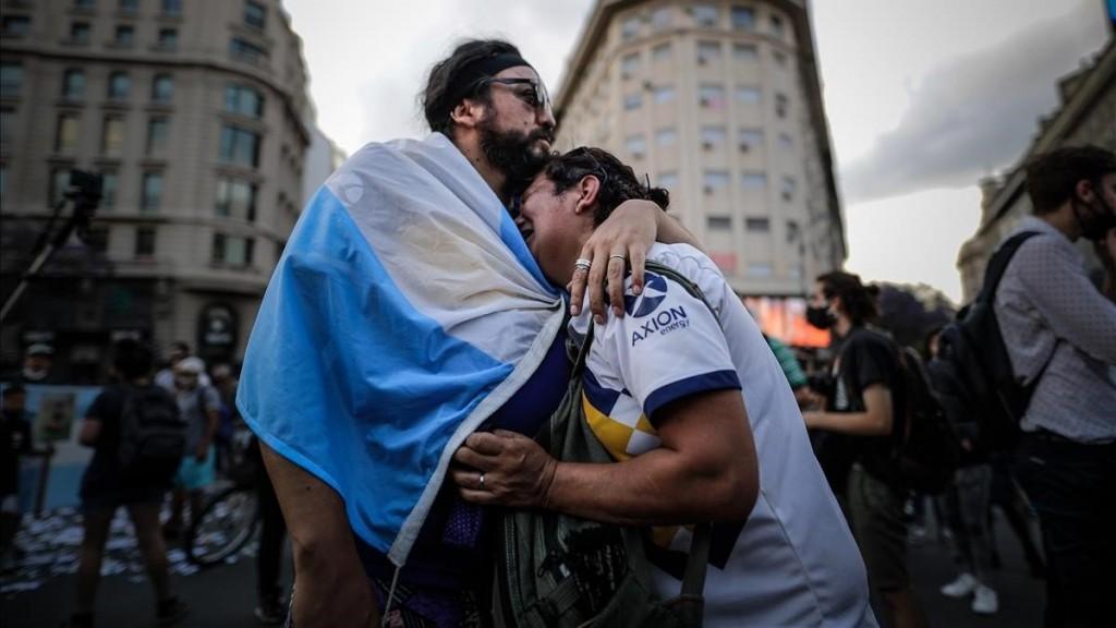 ALGO DE CADA ARGENTINO SE FUE CON MARADONA Y HAY QUE ELABORAR EL DUELO, ASEGURARON ESPECIALISTAS