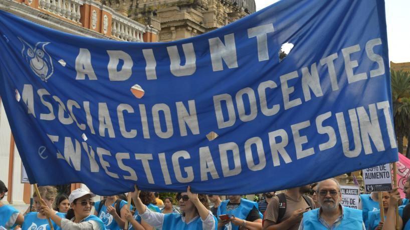 DOCENTES UNIVERSITARIOS REALIZAN UN PARO DE 24 HORAS
